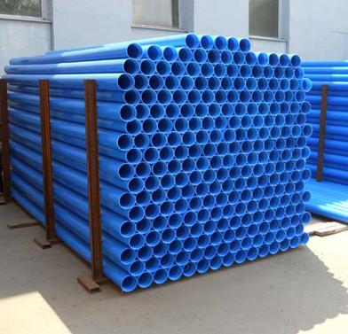 Обсадные трубы для скважин синего цвета в штабеле