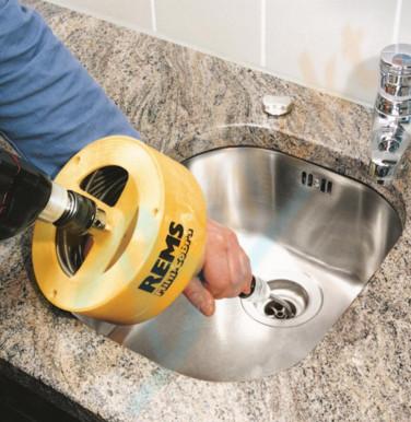 Спиральная машинка для прочистки канализационной трубы