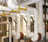 Белые водопроводные трубы с вентилями