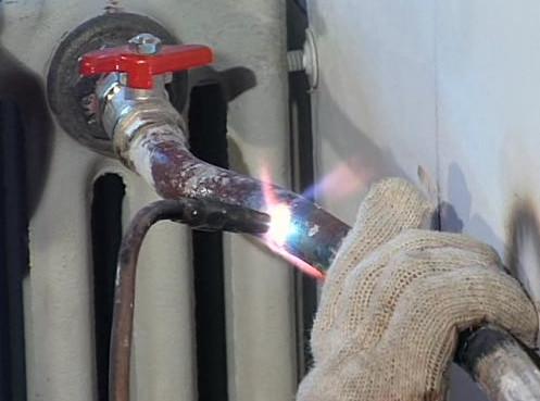 Сварка стальной трубы отопления
