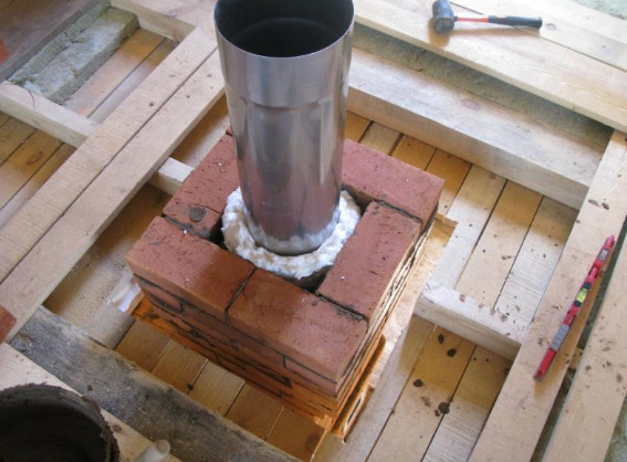 Утепление дымовой трубы из нержавеющей стали: колодец с минеральной ватой