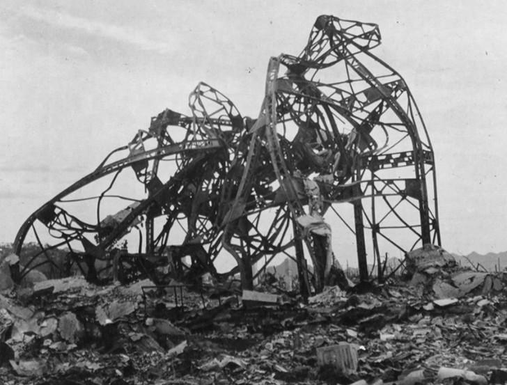 Каркас от здания после взрыва ядерной бомбы