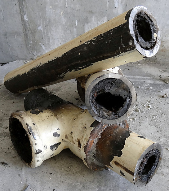 Грязь в канализационных трубах из чугуна